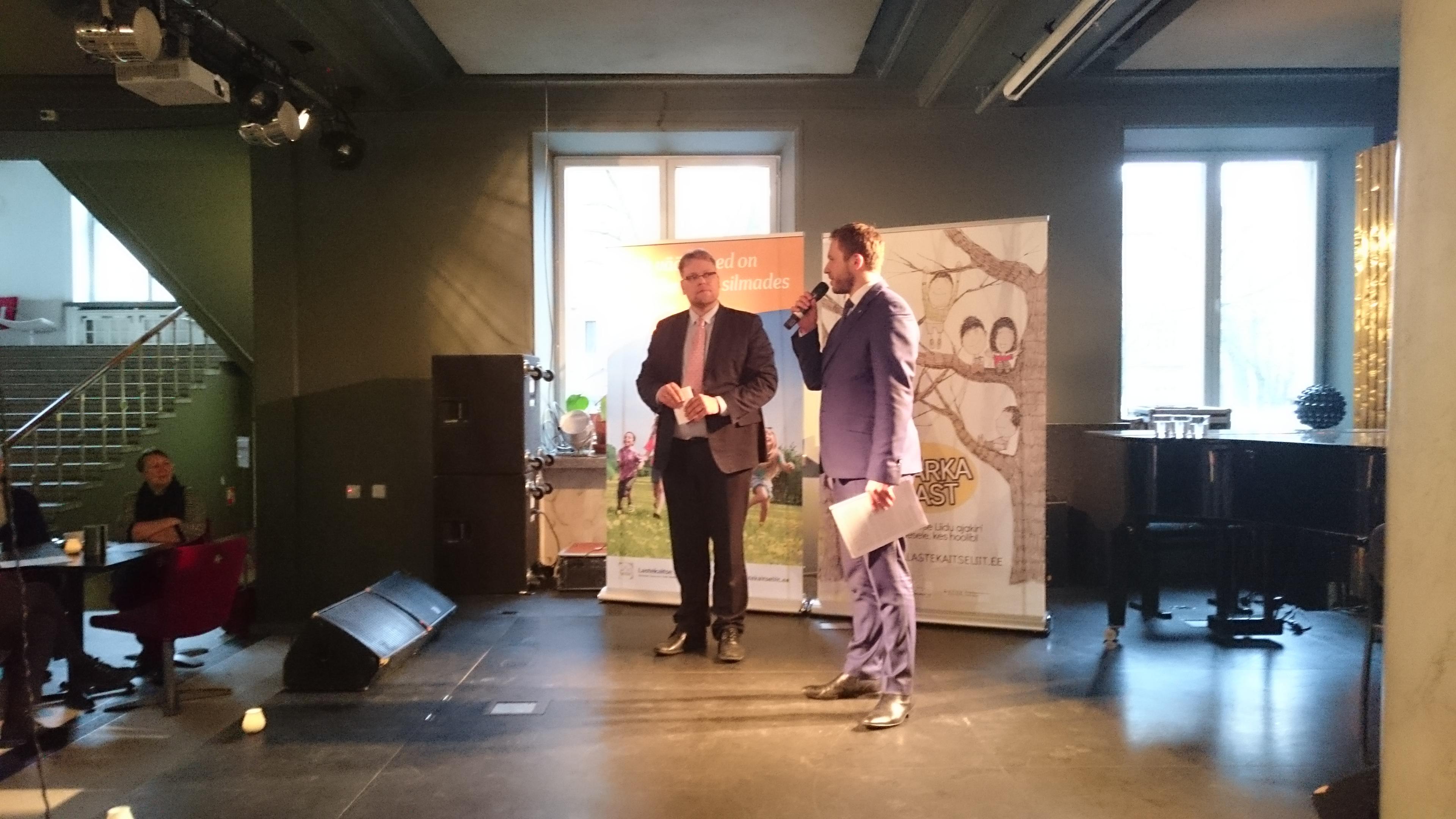 Lastekaitse Liidu juhataja Martin Medar ja Sotsiaalkaitseminister Margus Tsahkna alternatiivraporti üleandmisel